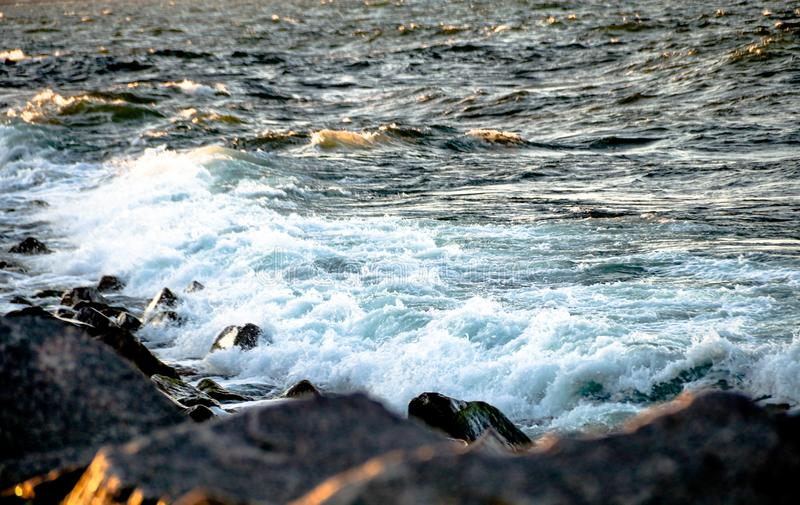 Ένα κύμα που χτυπά τους βράχους στοκ φωτογραφία
