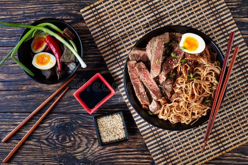 Ένα κύπελλο του soba με το τεμαχισμένο βόειο κρέας ψητού στοκ φωτογραφίες