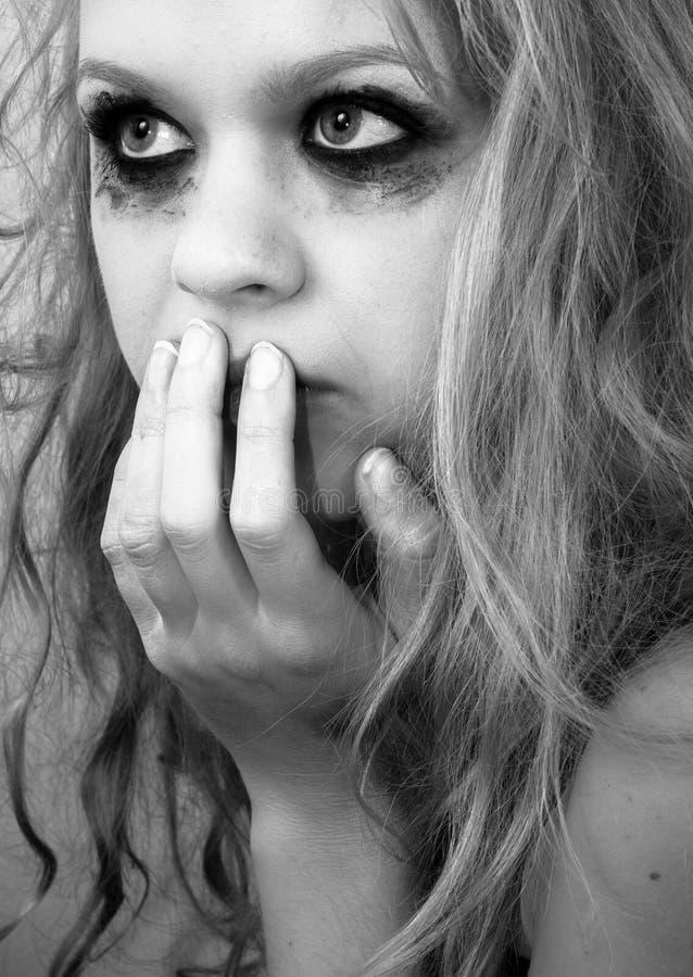 Ένα λυπημένο ξανθό κορίτσι με την τρομαγμένη έκφραση στοκ φωτογραφίες με δικαίωμα ελεύθερης χρήσης