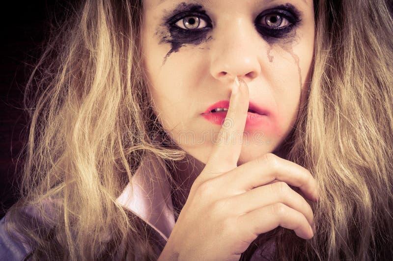Ένα λυπημένο ξανθό κορίτσι με την τρομαγμένη έκφραση στοκ εικόνες