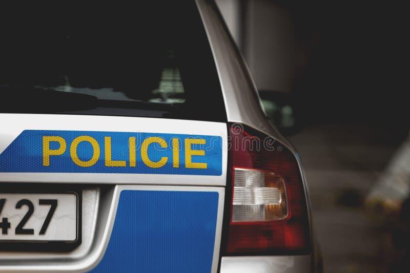 Ένα μέρος ενός τσεχικού περιπολικού της Αστυνομίας - οπίσθια φανάρια του αυτοκινήτου και της επιγραφής Policie, στην αγγλική αστυ στοκ φωτογραφίες