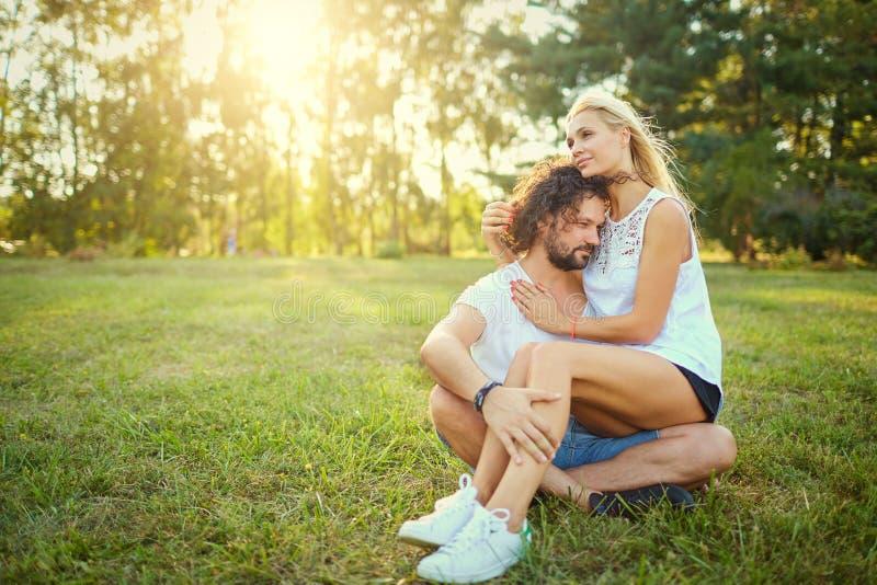 Ένα μέσης ηλικίας ζεύγος μαζί στη φύση στοκ εικόνα με δικαίωμα ελεύθερης χρήσης