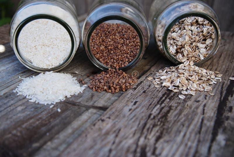 Ένα μίγμα των δημητριακών - φαγόπυρο, ots, άσπρο ρύζι, αγροτικός ξύλινος πίνακας στοκ φωτογραφίες με δικαίωμα ελεύθερης χρήσης