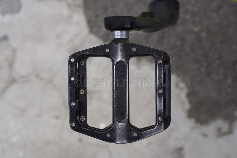Ένα μαύρο πεντάλι σε ένα ποδήλατο σε ένα υπόβαθρο στοκ φωτογραφίες με δικαίωμα ελεύθερης χρήσης