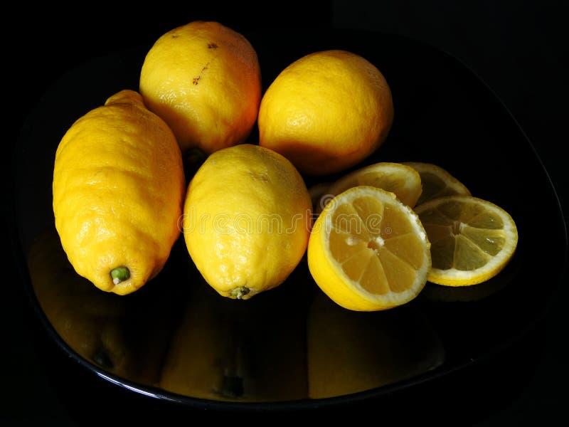 Ένα μαύρο πιάτο με τα λεμόνια στοκ εικόνα με δικαίωμα ελεύθερης χρήσης