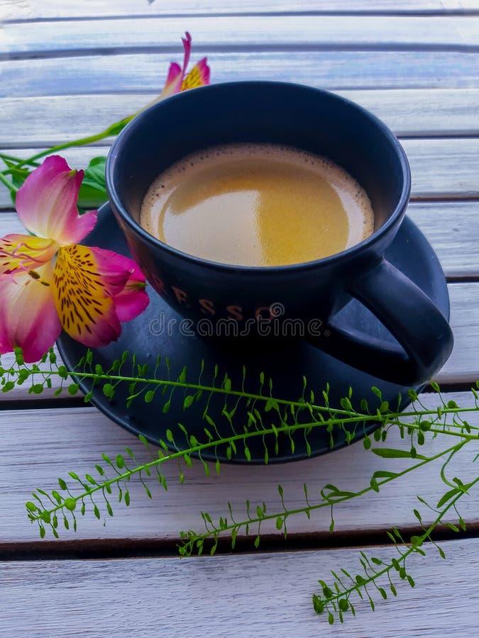 Ένα μαύρο πιατάκι με ένα φλιτζάνι του καφέ σε το και το espresso επιγραφής στο φλυτζάνι στοκ εικόνες