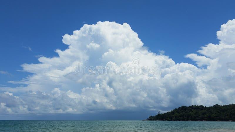 Ένα μεγάλο, άσπρο σύννεφο στο μπλε ουρανό στοκ φωτογραφίες