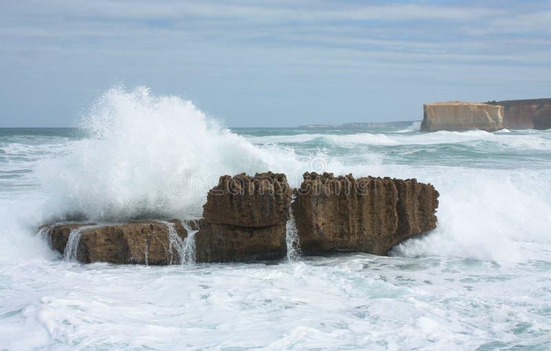 Ένα μεγάλο κύμα που συντρίβει σε έναν βράχο στο μεγάλο ωκεάνιο δρόμο στην Αυστραλία στοκ εικόνα με δικαίωμα ελεύθερης χρήσης