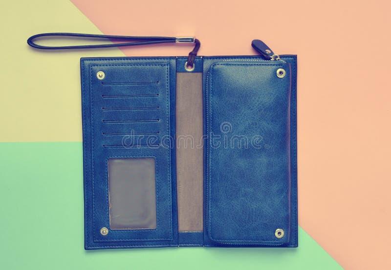 Ένα μεγάλο μπλε πορτοφόλι φιαγμένο από δέρμα σε πολύχρωμο χαρτί στοκ φωτογραφία με δικαίωμα ελεύθερης χρήσης