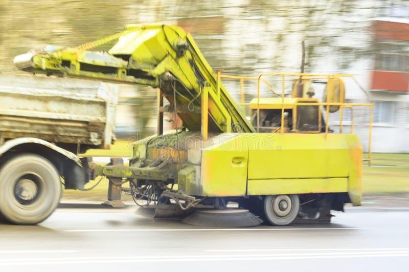 Ένα μεγάλο φορτηγό, τραβά μια συσκευή για τις οδούς πόλεων Φωτογραφία στην κίνηση στοκ φωτογραφίες