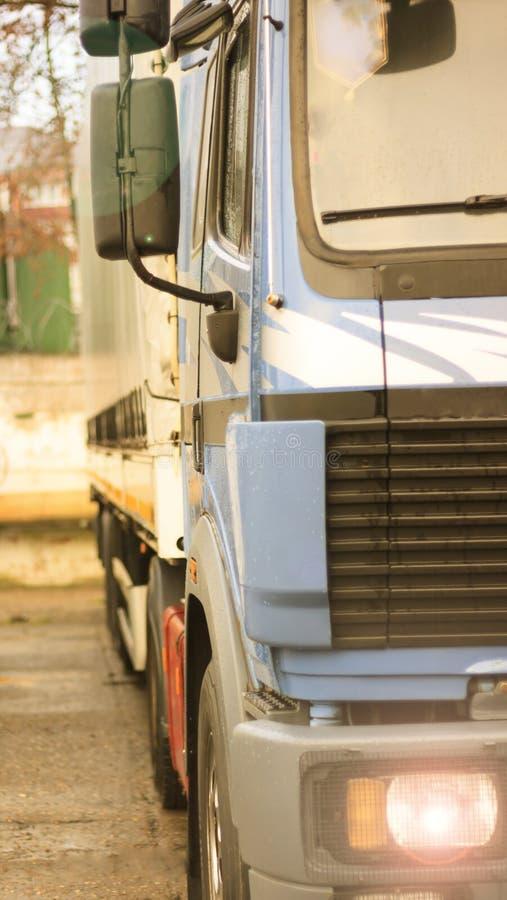 Ένα μεγάλο φορτηγό, τραβά μια συσκευή για τις οδούς πόλεων Φωτογραφία στην κίνηση στοκ φωτογραφία με δικαίωμα ελεύθερης χρήσης