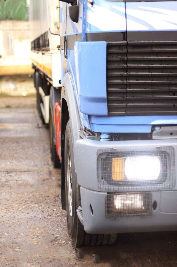 Ένα μεγάλο φορτηγό, τραβά μια συσκευή για τις οδούς πόλεων Φωτογραφία στην κίνηση στοκ εικόνα με δικαίωμα ελεύθερης χρήσης