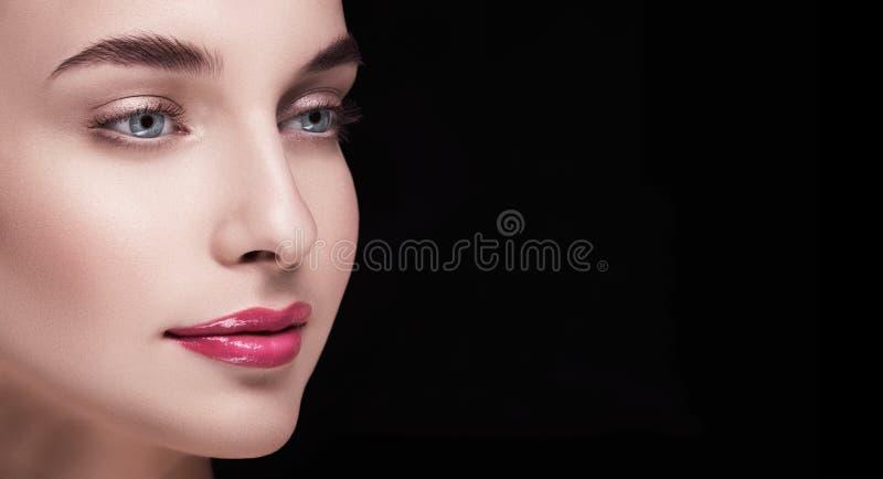Ένα μεγάλο πορτρέτο του προτύπου με το σωστό μάτι από τη κάμερα στοκ εικόνα