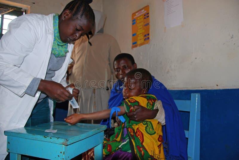 Ένα μη αναγνωρισμένο παιδί υποβάλλεται στις δοκιμές HIV στο dispensar στοκ εικόνα με δικαίωμα ελεύθερης χρήσης