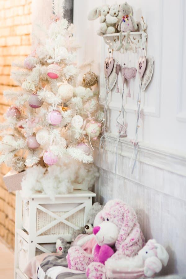 Ένα μικρό άσπρο διακοσμημένο χριστουγεννιάτικο δέντρο στοκ φωτογραφίες