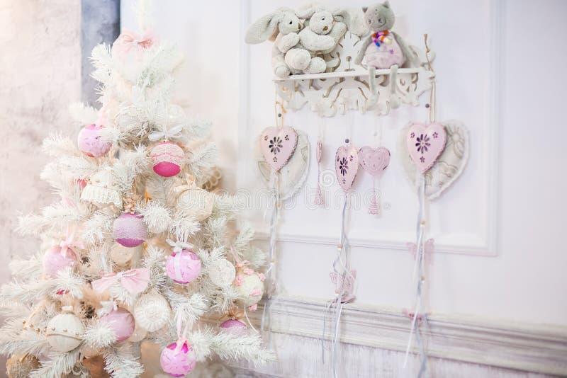 Ένα μικρό άσπρο διακοσμημένο χριστουγεννιάτικο δέντρο στοκ φωτογραφία