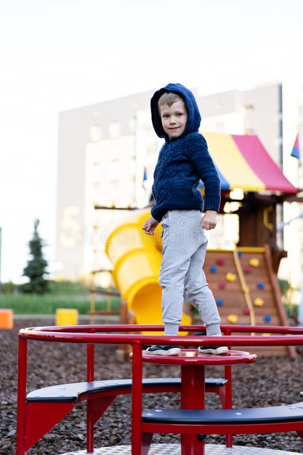 Ένα μικρό αγόρι έχει το παιχνίδι διασκέδασης στη σύγχρονη αστική ευρωπαϊκή παιδική χαρά στοκ εικόνες με δικαίωμα ελεύθερης χρήσης