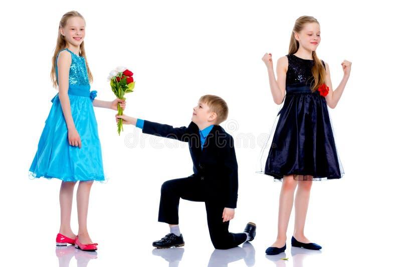Ένα μικρό αγόρι δίνει τα λουλούδια κοριτσιών στοκ φωτογραφίες με δικαίωμα ελεύθερης χρήσης