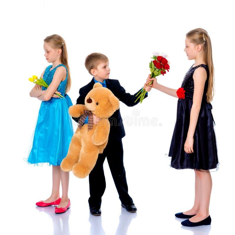 Ένα μικρό αγόρι δίνει τα λουλούδια κοριτσιών στοκ φωτογραφίες