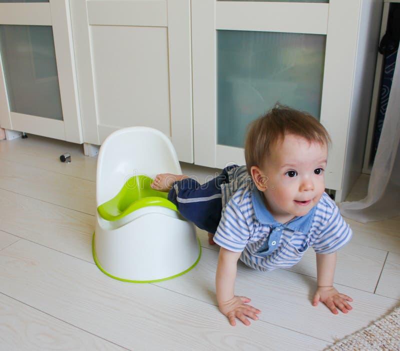 Ένα μικρό αγόρι μαθαίνει να πηγαίνει ασήμαντο Accustom το παιδί στον ασήμαντο στοκ φωτογραφίες