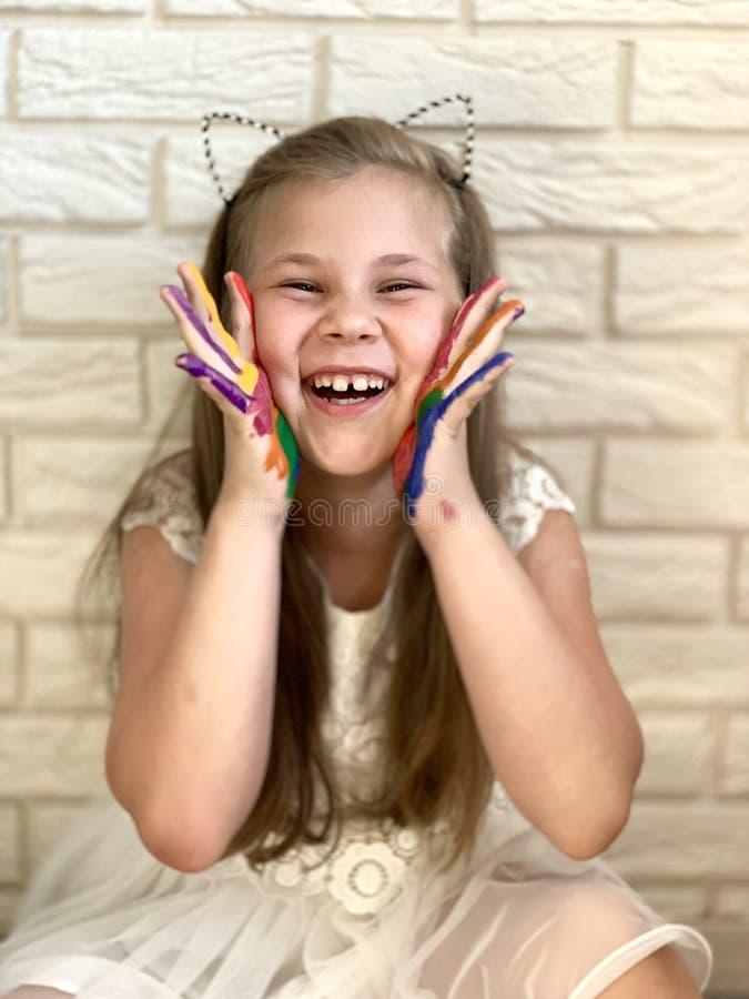 Ένα μικρό κορίτσι έχει τη διασκέδαση, χρωματισμένο χρώμα σε ετοιμότητα της στοκ φωτογραφία με δικαίωμα ελεύθερης χρήσης