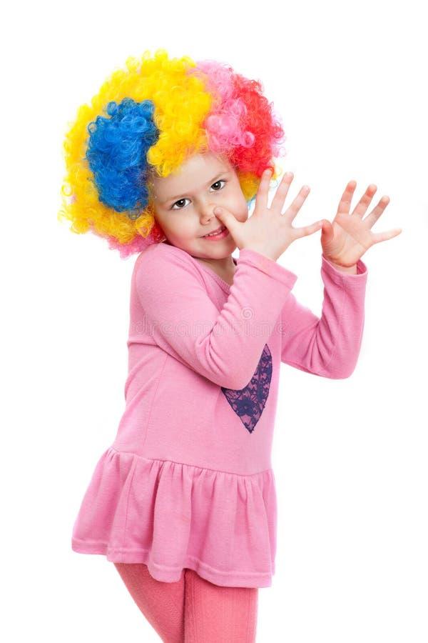 Ένα μικρό κορίτσι με την περούκα κλόουν στοκ εικόνες με δικαίωμα ελεύθερης χρήσης