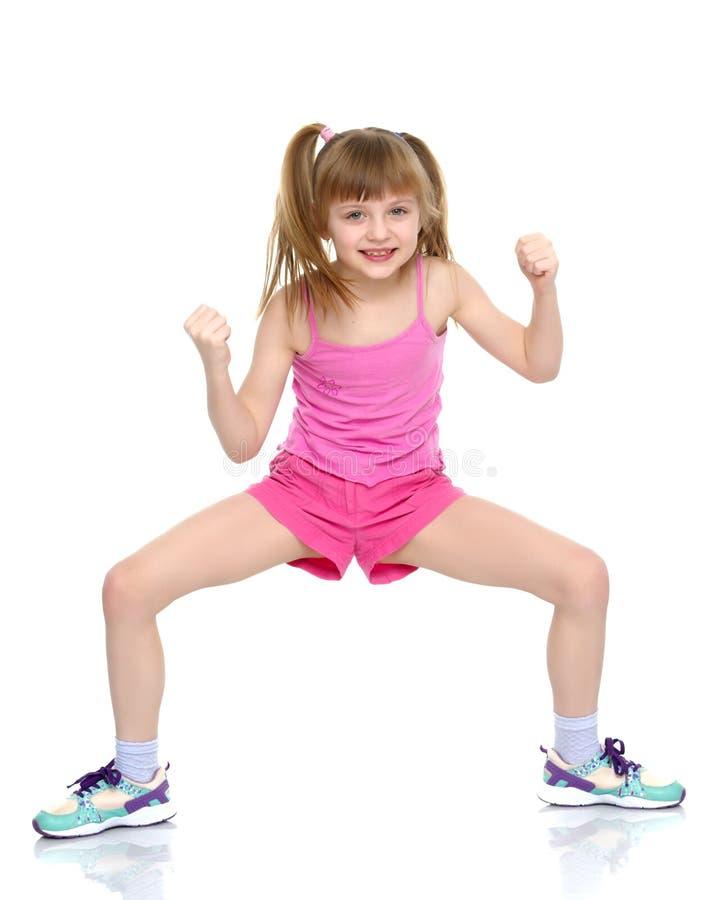 Ένα μικρό κορίτσι παρουσιάζει μυς της στοκ φωτογραφίες με δικαίωμα ελεύθερης χρήσης