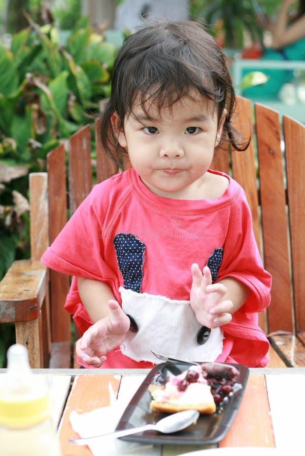Ένα μικρό κορίτσι που τρώει cheesecake βακκινίων στοκ εικόνες με δικαίωμα ελεύθερης χρήσης