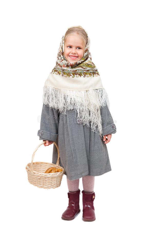 Ένα μικρό κορίτσι στο παραδοσιακό ρωσικό μαντίλι για το κεφάλι με το ψάθινο καλάθι στοκ εικόνα