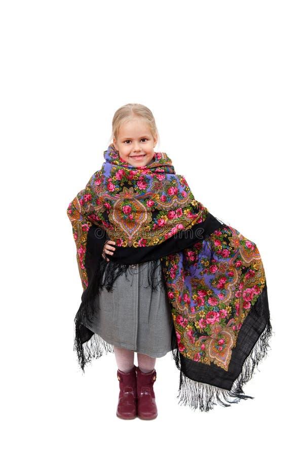 Ένα μικρό κορίτσι στο παραδοσιακό ρωσικό μαντίλι για το κεφάλι με το floral σχέδιο στοκ φωτογραφία με δικαίωμα ελεύθερης χρήσης