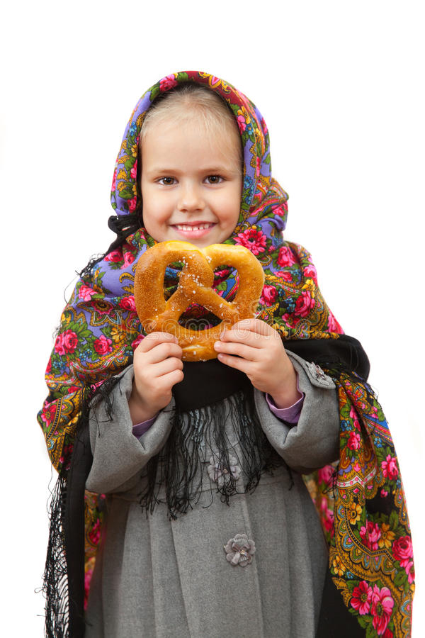 Ένα μικρό κορίτσι στο παραδοσιακό ρωσικό μαντίλι για το κεφάλι στοκ εικόνα