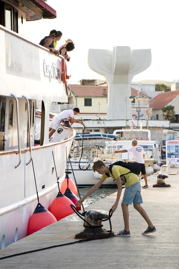 Ένα μικρό κρουαζιερόπλοιο που ελλιμενίζει σε Vodice, Κροατία στοκ εικόνα
