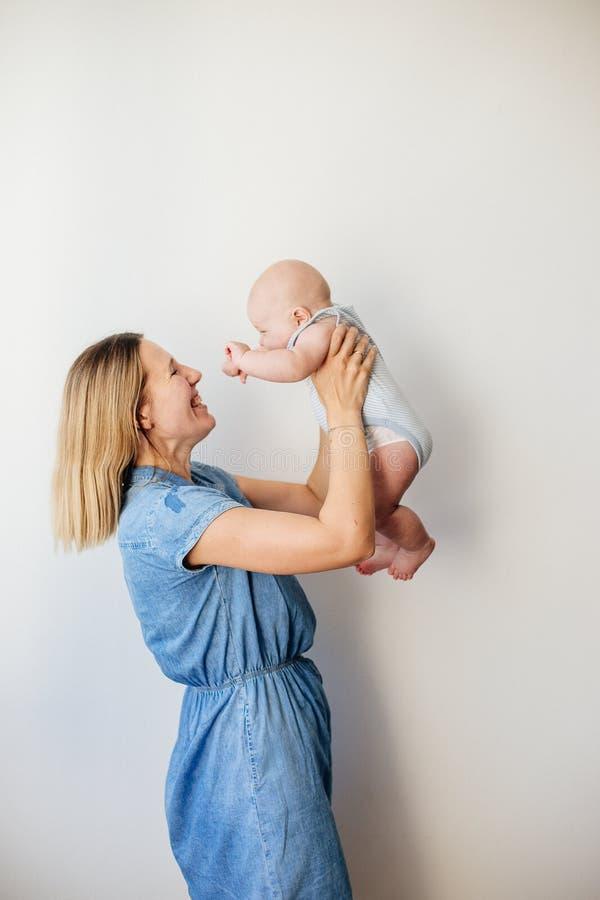 Ένα μικρό μωρό και το mom του στοκ φωτογραφία με δικαίωμα ελεύθερης χρήσης