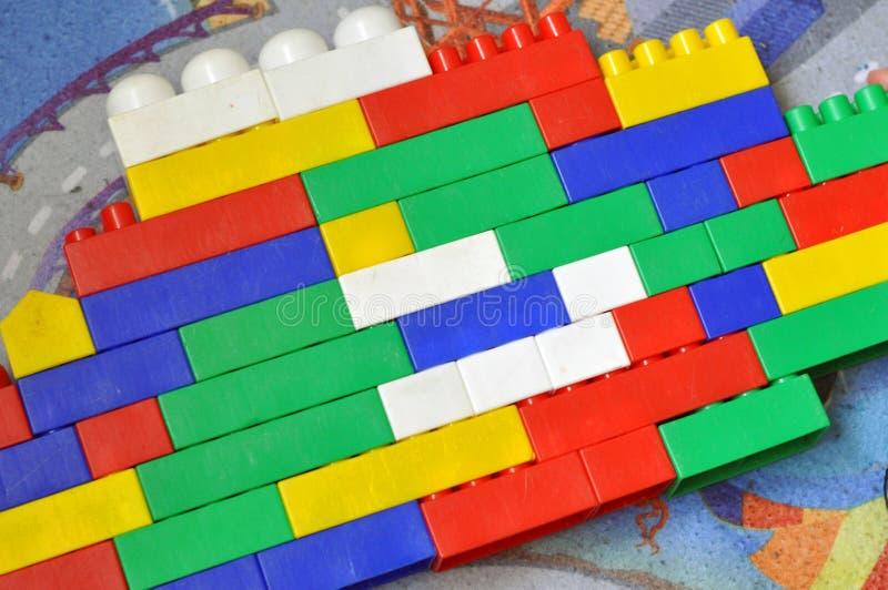 Ένα μικρό παιδί χτίζει υπολογίζει τις λεπτομέρειες του σχεδιαστή παιδιών στοκ φωτογραφία