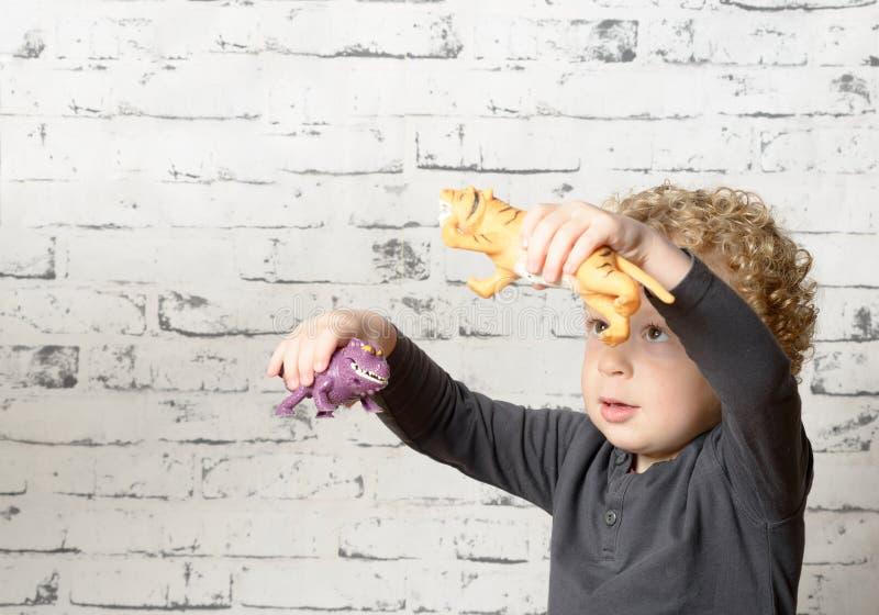 Ένα μικρό παιδί που παίζει με τα ζώα στοκ εικόνα