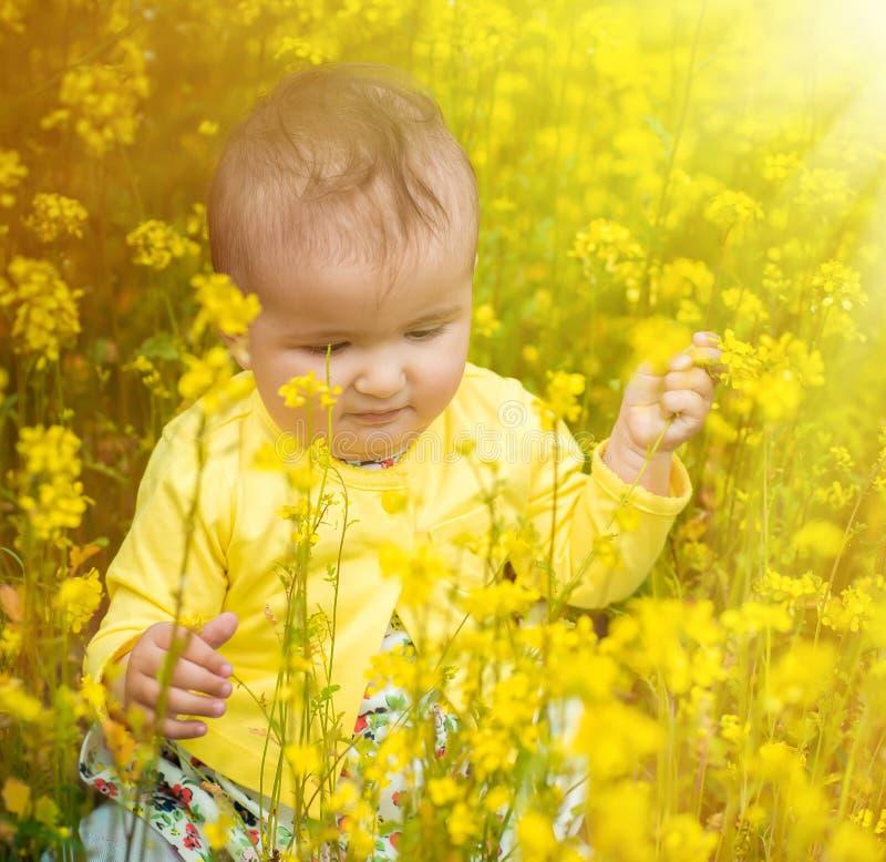 Ένα μικρό παιδί που παίζει στον τομέα στοκ φωτογραφίες