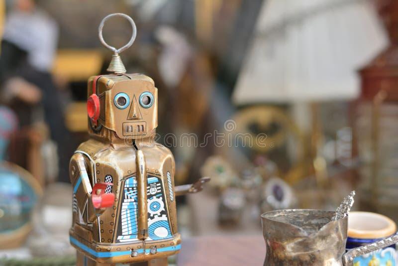 Ένα μικρό ρομπότ πίσω από το παράθυρο στοκ εικόνες