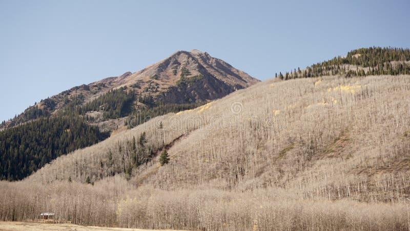Ένα μικρό σπίτι σε ένα μεγάλο βουνό στοκ φωτογραφίες με δικαίωμα ελεύθερης χρήσης