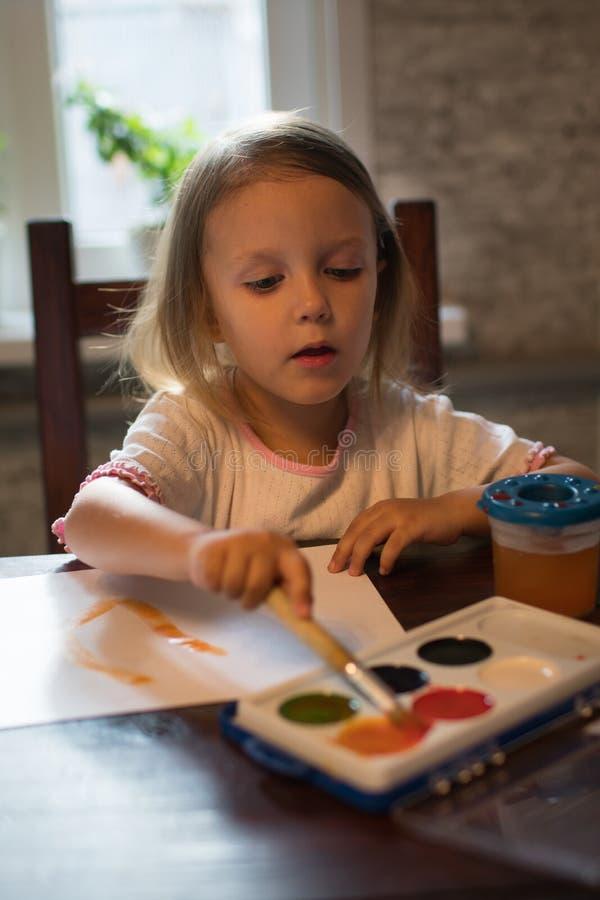Ένα μικρό σχέδιο κοριτσιών με τα watercolors στοκ εικόνες με δικαίωμα ελεύθερης χρήσης