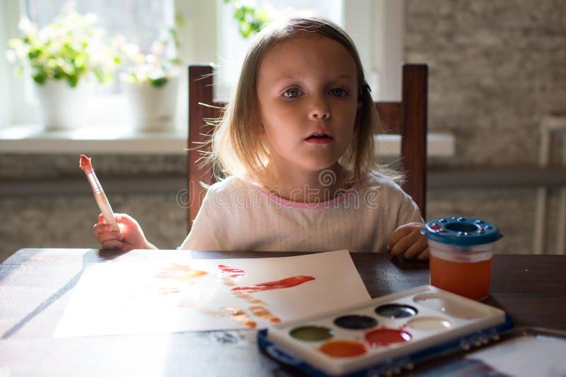 Ένα μικρό σχέδιο κοριτσιών με τα watercolors στοκ φωτογραφία με δικαίωμα ελεύθερης χρήσης