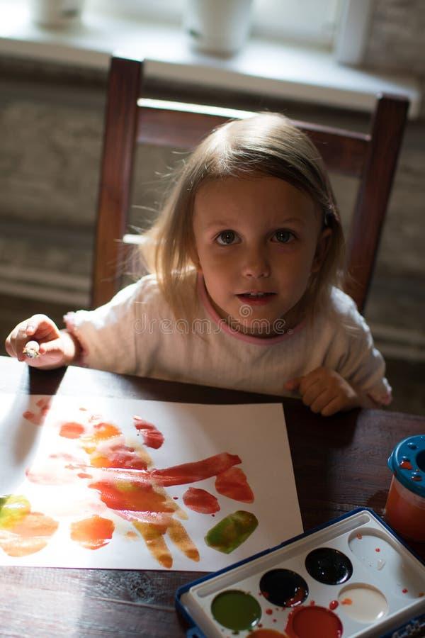 Ένα μικρό σχέδιο κοριτσιών με τα watercolors στοκ εικόνες