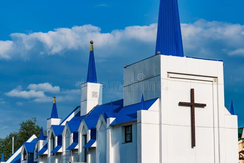 Ένα μικρό σύγχρονο άσπρο και μπλε μουσουλμανικό μουσουλμανικό τέμενος στην πόλη ενάντια σε έναν μπλε ουρανό στοκ εικόνες