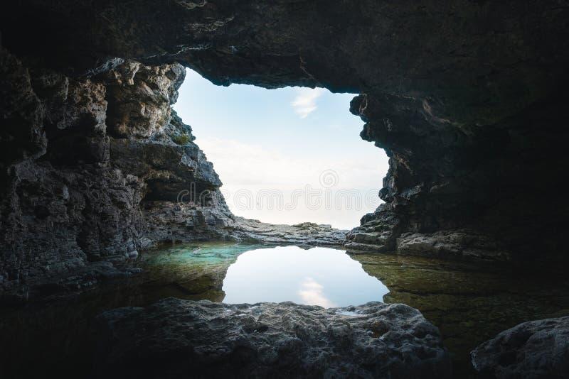 Ένα μικρό grotto με μια λίμνη απεικόνισης στοκ εικόνα
