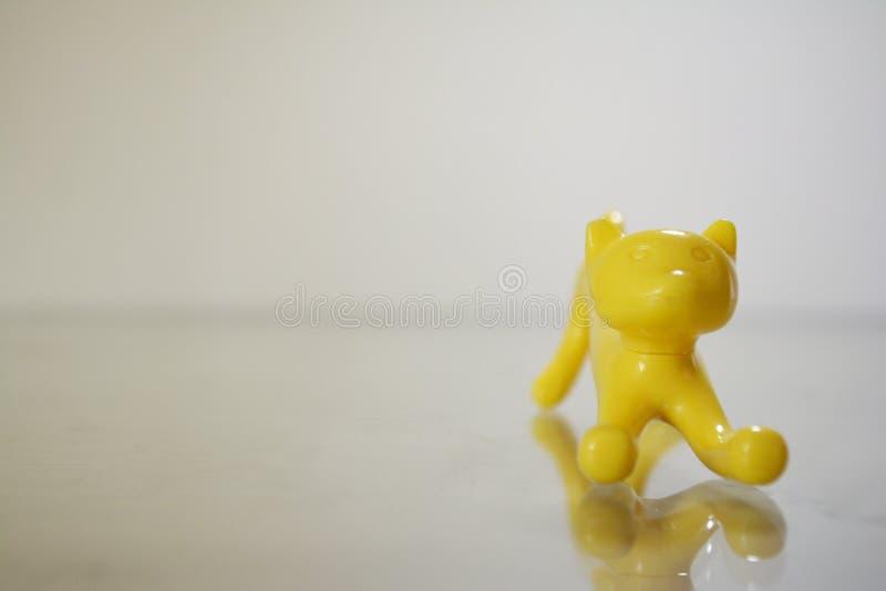 ένα μολύβι διαμόρφωσε την κίτρινη γάτα παιχνιδιών σε μια μετωπική γωνία, μικρός, χαριτωμένος και περίεργος στοκ εικόνα