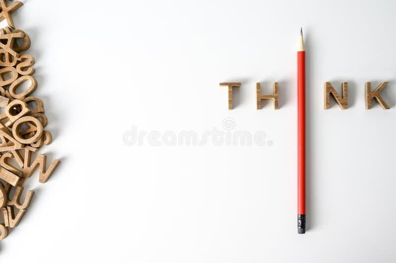 Ένα μολύβι με λέξεις σκέφτεται την ηγεσία και την έννοια της μοναδικότητας Ξεχωρίστε από το πλήθος Σκεφτείτε έξω από το πλαίσιο Τ στοκ εικόνες με δικαίωμα ελεύθερης χρήσης