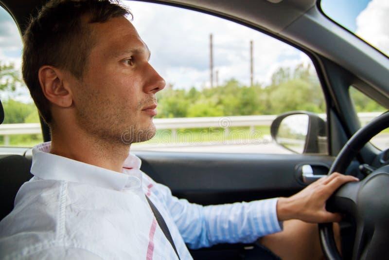Ένα μοντέρνο άτομο στη ρόδα Κίνηση Χέρι στη ρόδα του αυτοκινήτου στοκ φωτογραφίες με δικαίωμα ελεύθερης χρήσης