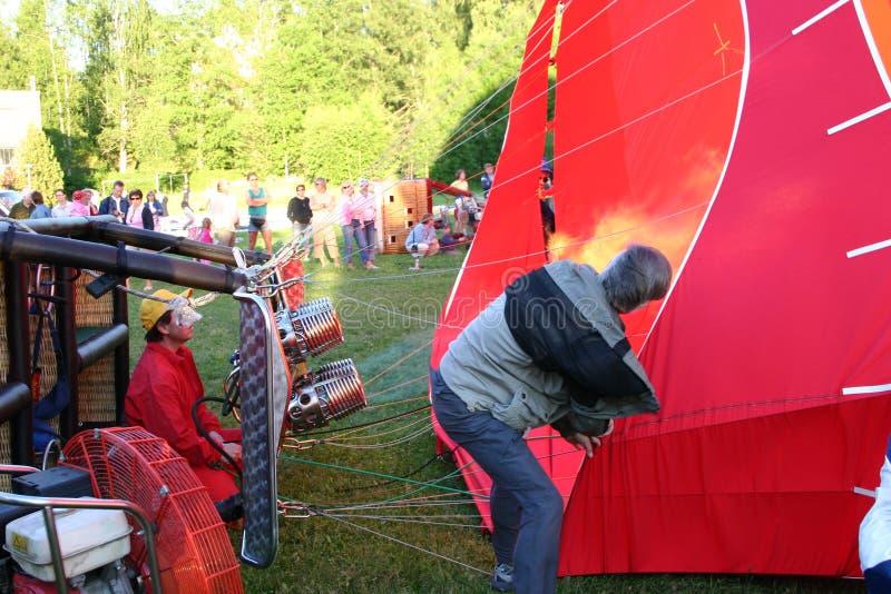 Ένα μπαλόνι ζεστού αέρα γεμίζει επάνω στοκ φωτογραφία με δικαίωμα ελεύθερης χρήσης