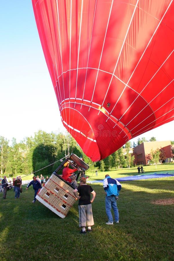 Ένα μπαλόνι ζεστού αέρα γεμίζει επάνω στοκ φωτογραφίες