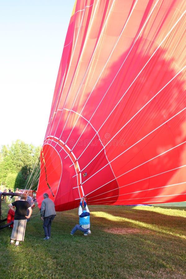 Ένα μπαλόνι ζεστού αέρα γεμίζει επάνω στοκ εικόνες