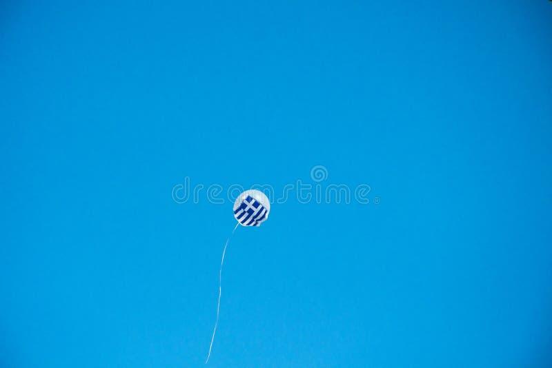 Ένα μπαλόνι με μια ελληνική σημαία στον ουρανό στοκ εικόνες